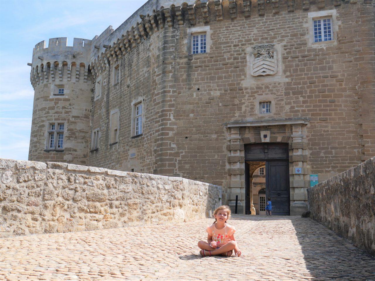 Sortie avec les enfants dans la drôme, le château de Suze-la-Rousse. Entrée du château