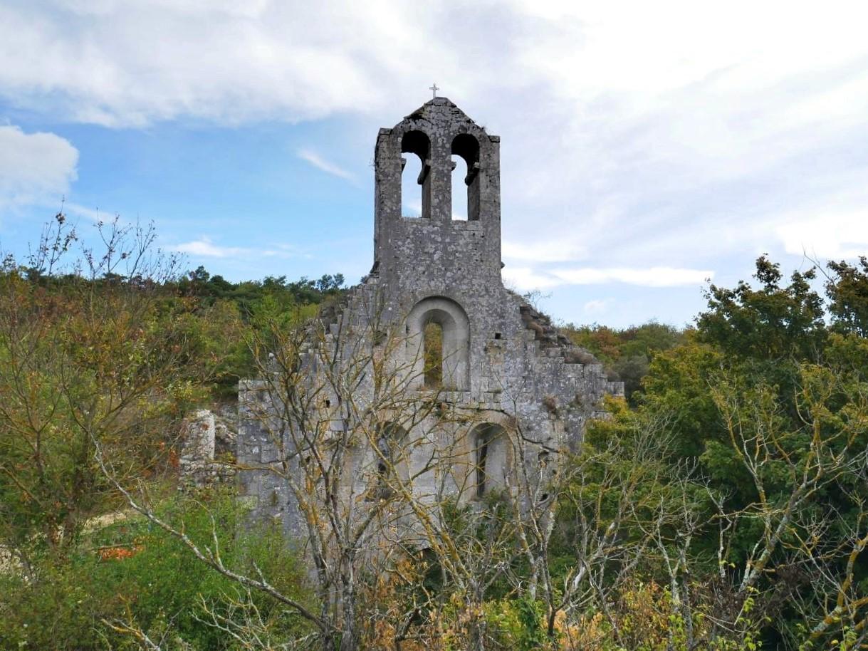 Balade en Drôme, au prieuré d'Aleyrac. Façade de l'église