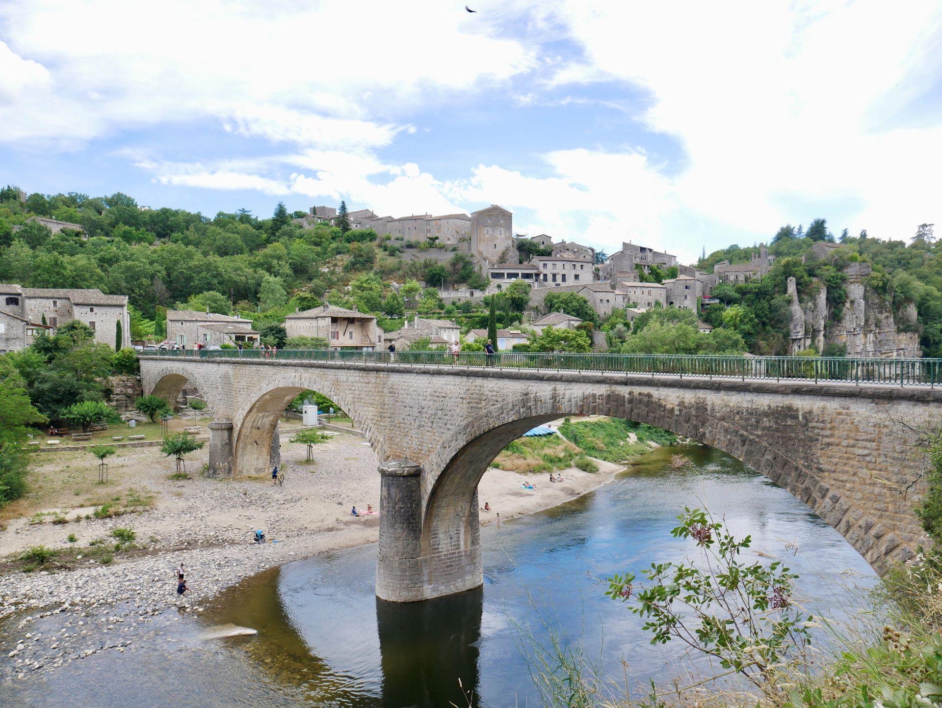 balade en Ardèche : Balazuc vue de l'autre côté du pont
