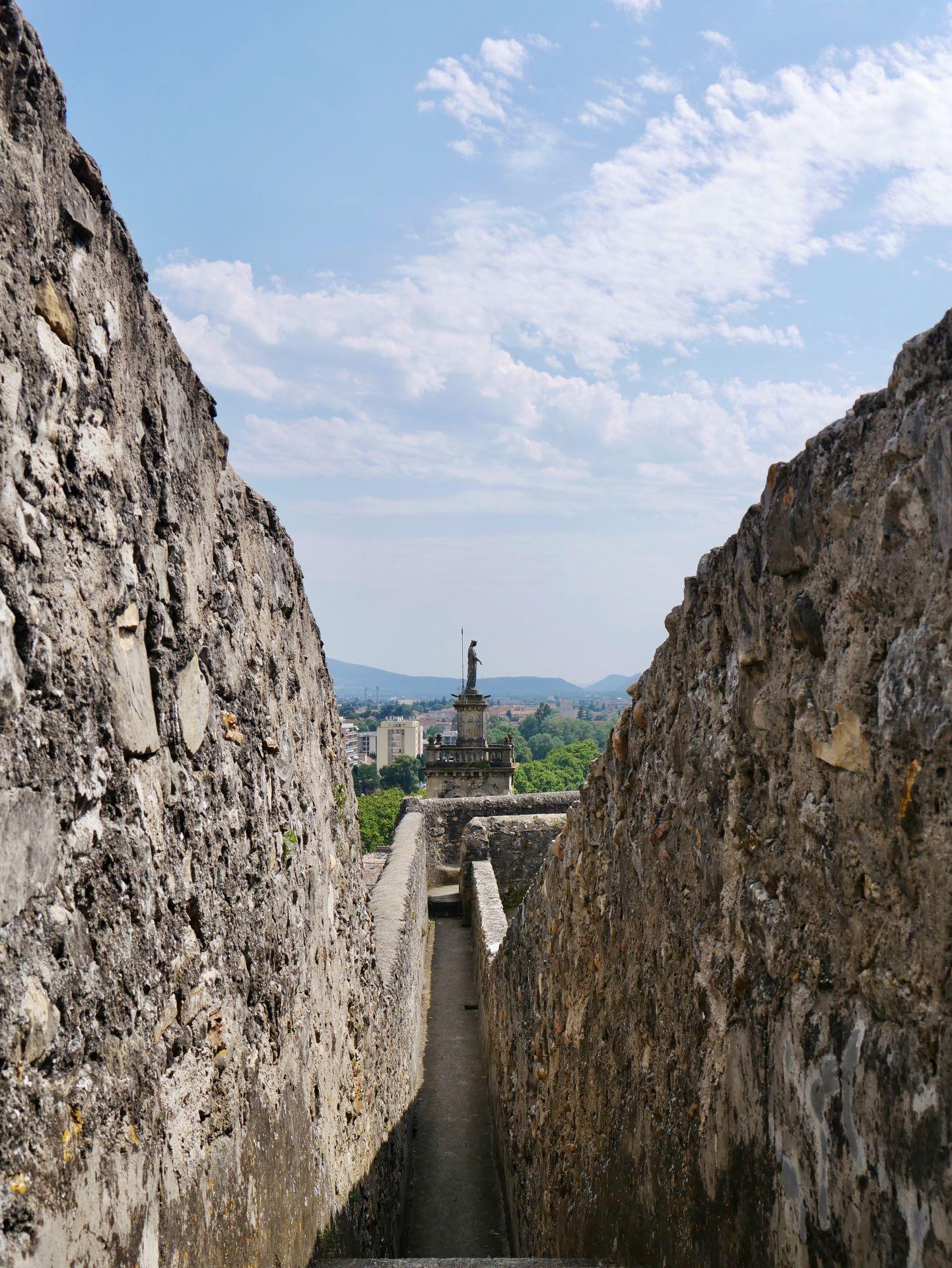 Sortie en famille dans la Drôme : chemin de ronde du château de Montélimar
