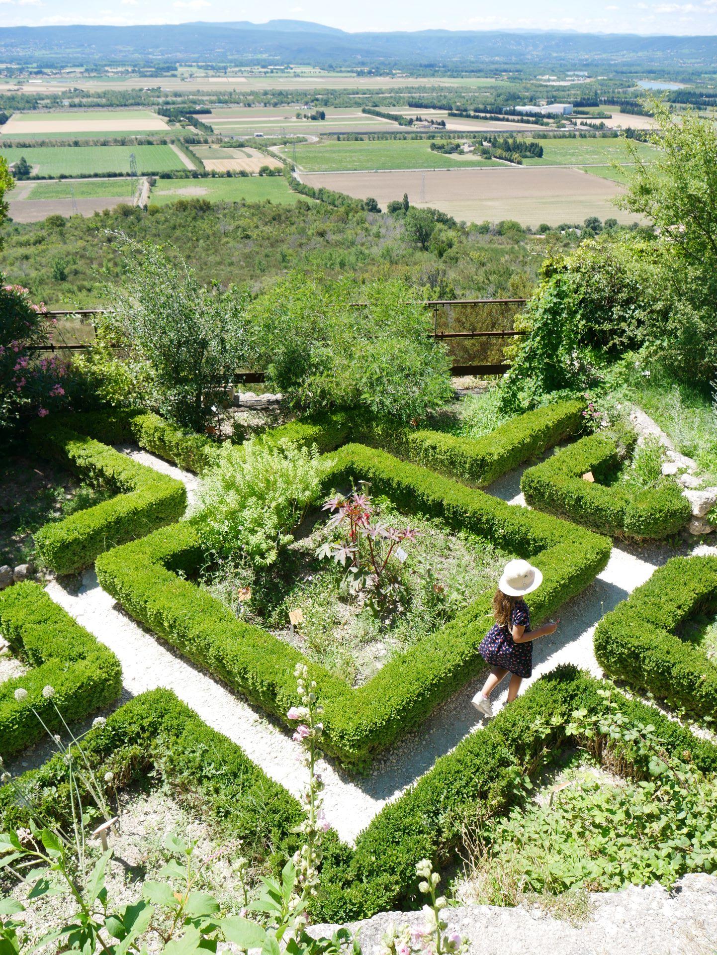 La garde Adhémar : jardin des herbes
