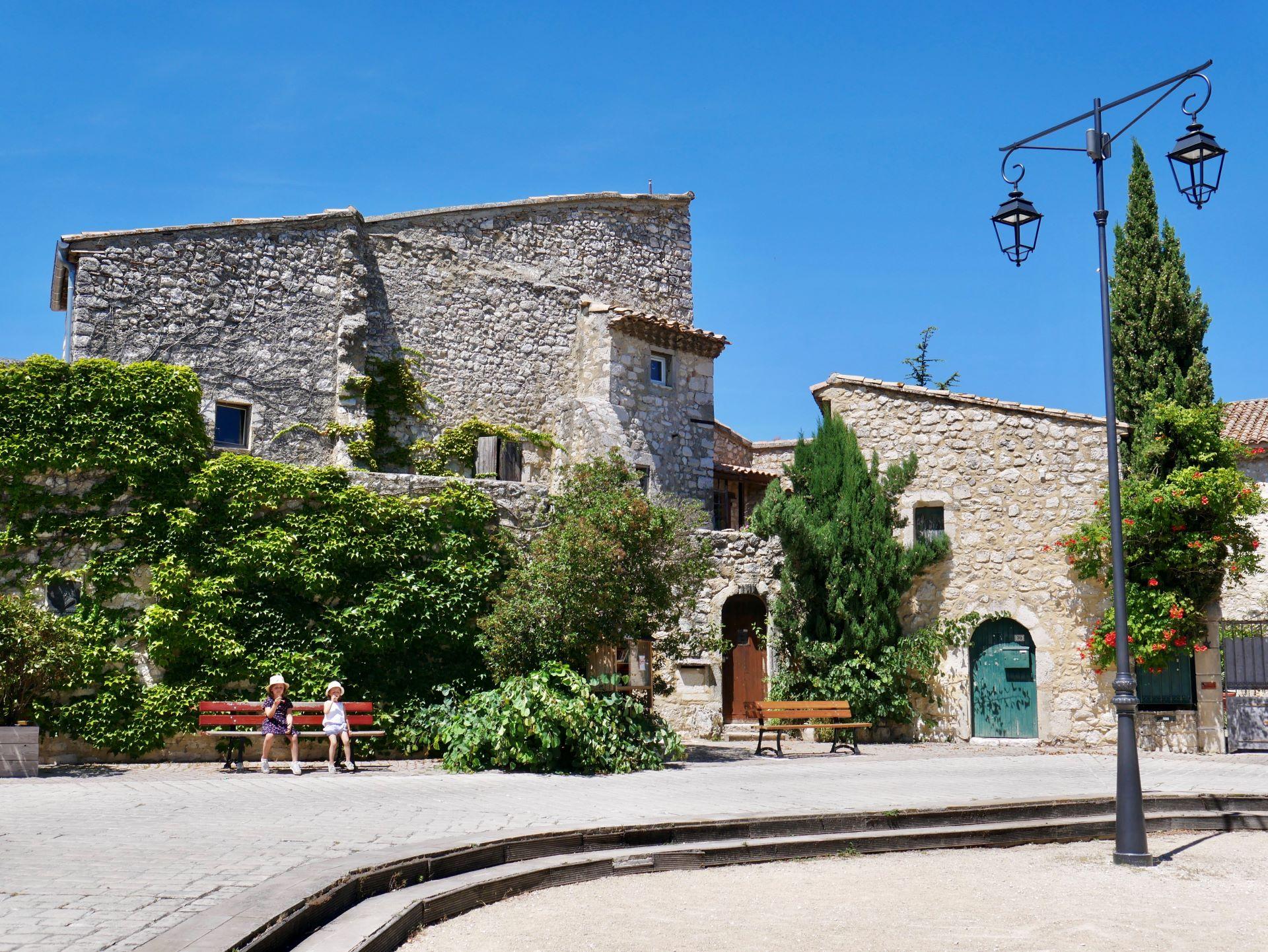 La garde Adhémar : place du village