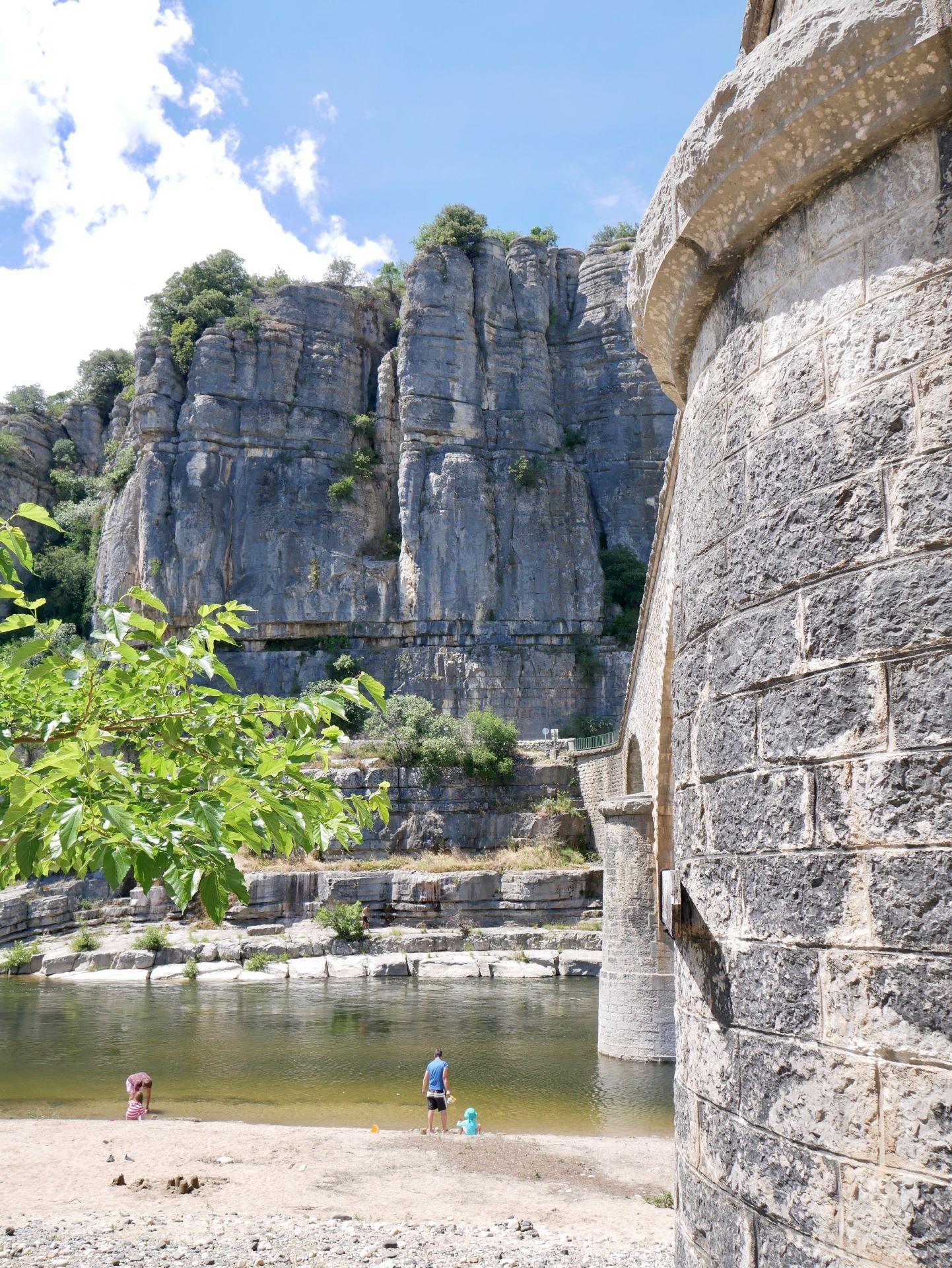 balade en Ardèche : Balazuc, pont traversant l'Ardèche