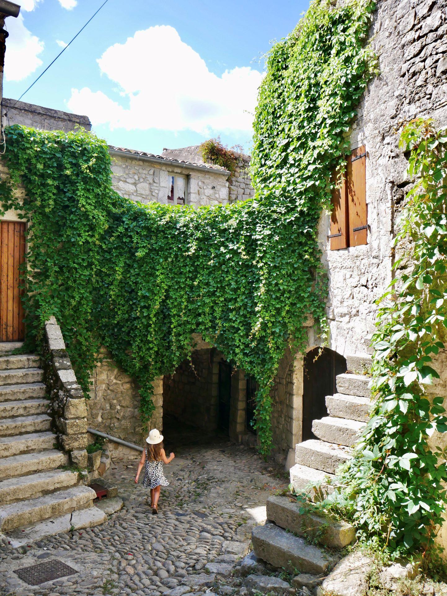 balade en Ardèche : Balazuc, petite place pavée