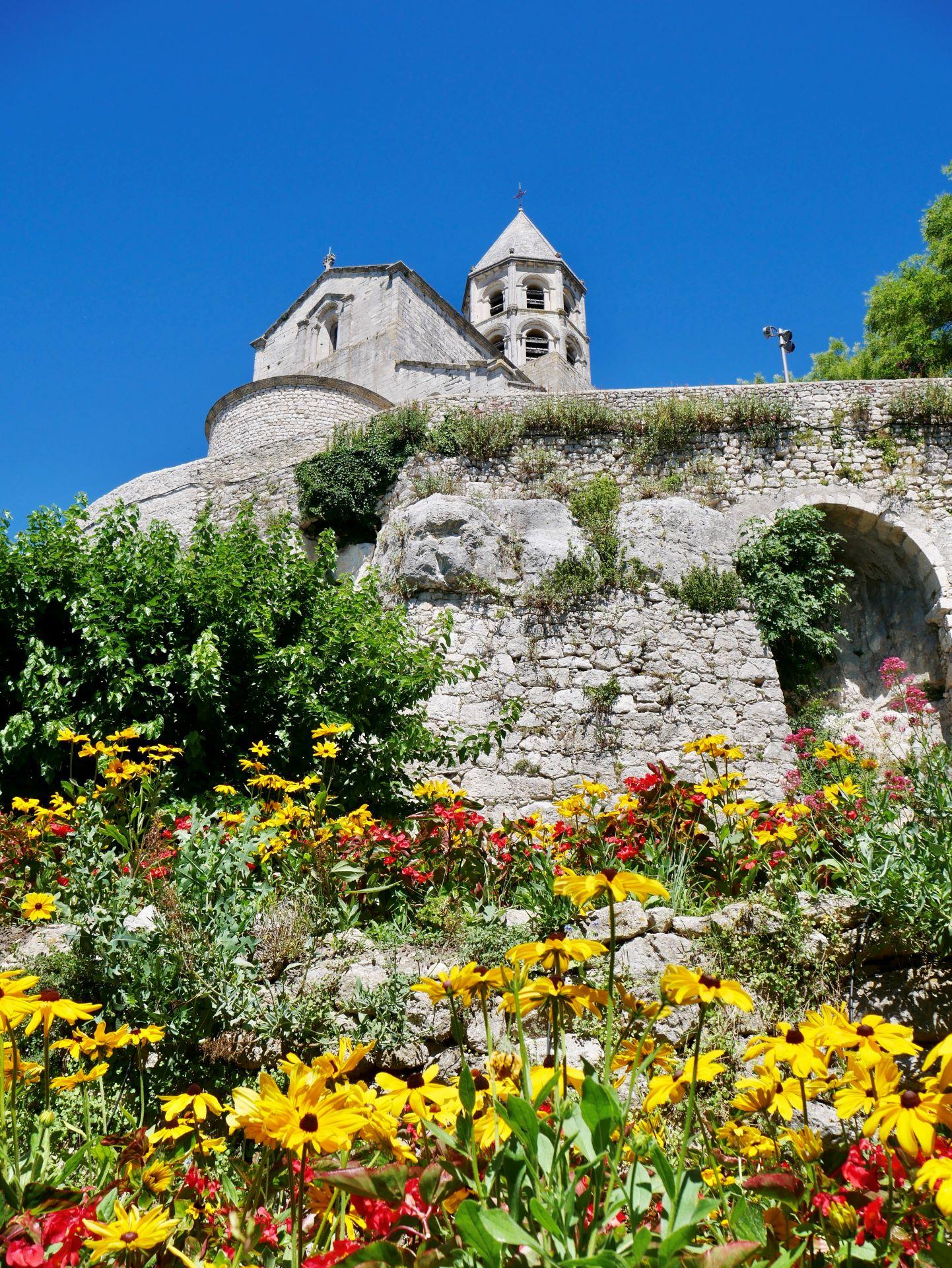 La garde Adhémar : l'église depuis le jardin