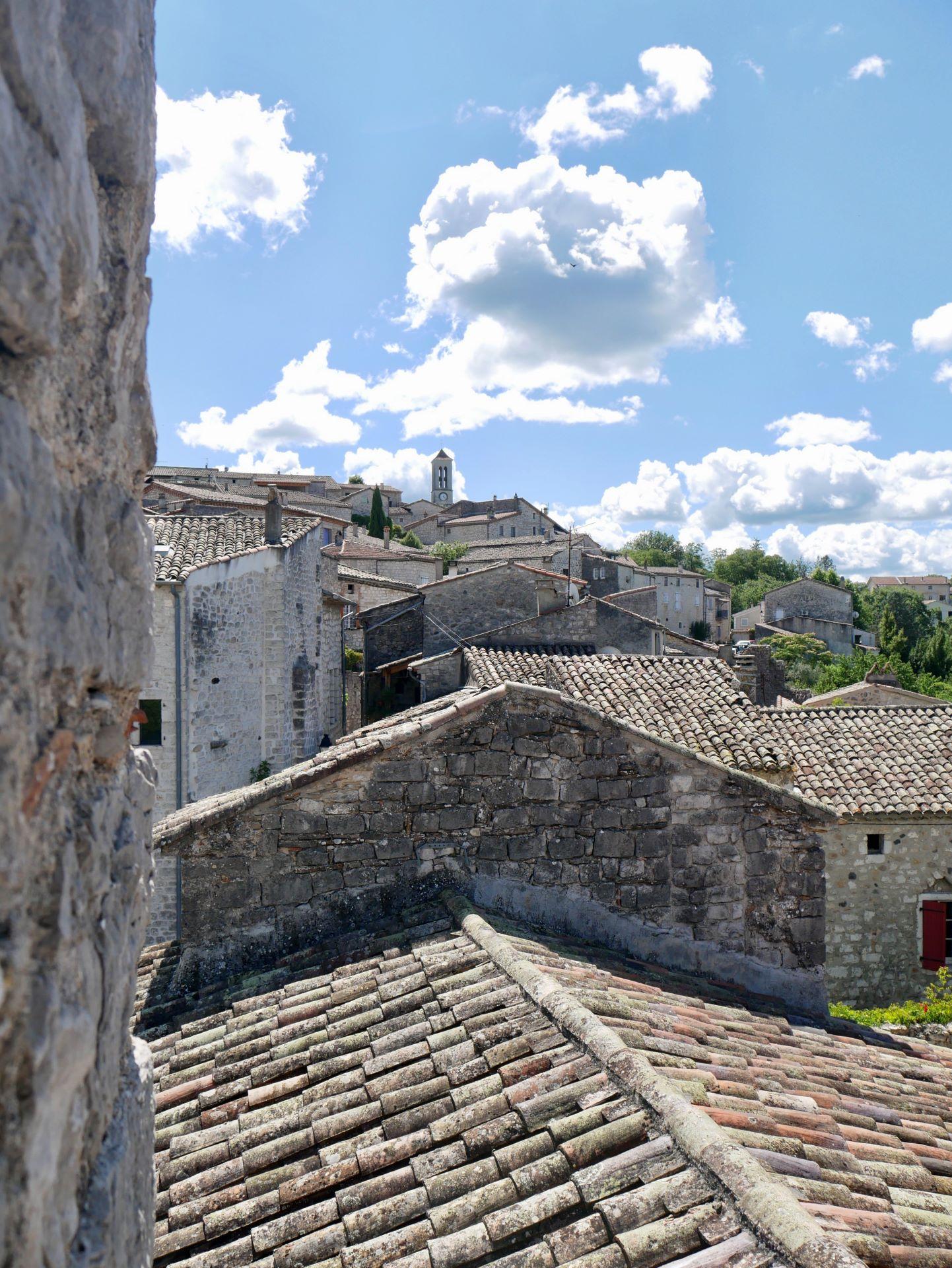 balade en Ardèche : Balazuc, vue sur les toits et l'église Notre-Dame
