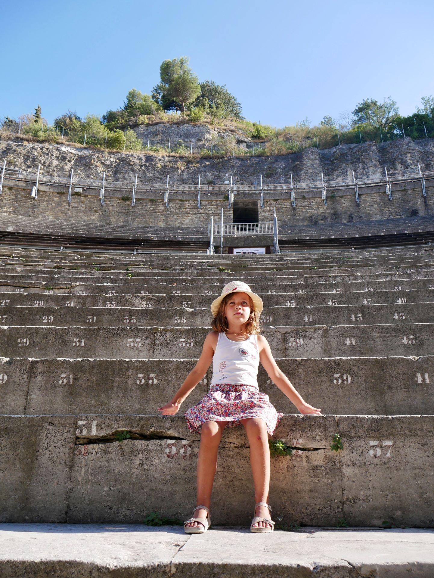 Dans les gradins du théâtre antique d'Orange