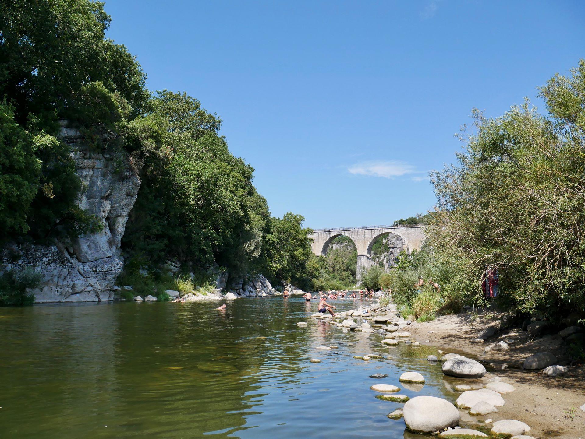 Baignade dans l'Ardèche à Voguë