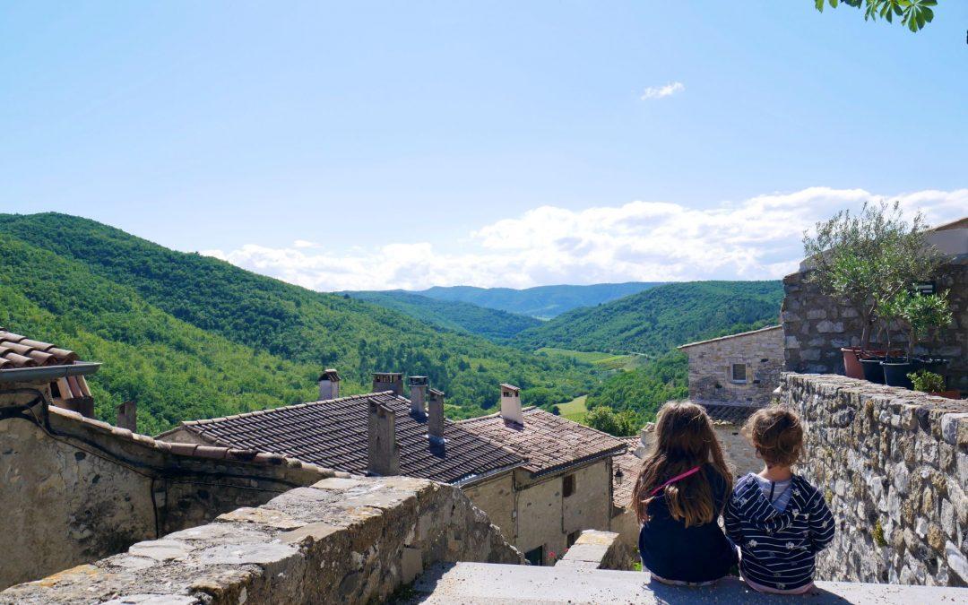 Balade en Ardèche dans le petit village perché de Saint Thomé