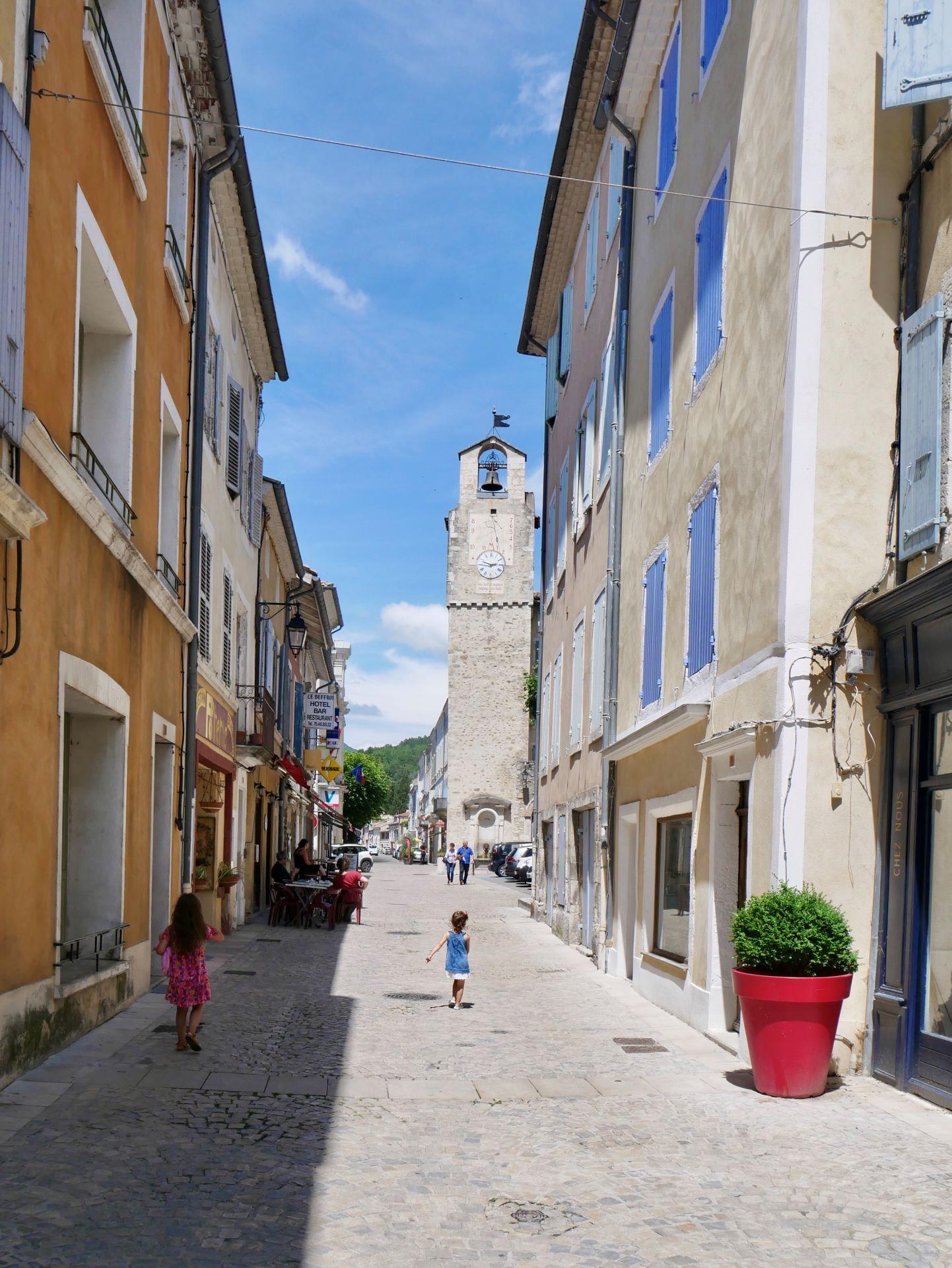 Rue piétonne et tour de l'horloge de Dieulefit