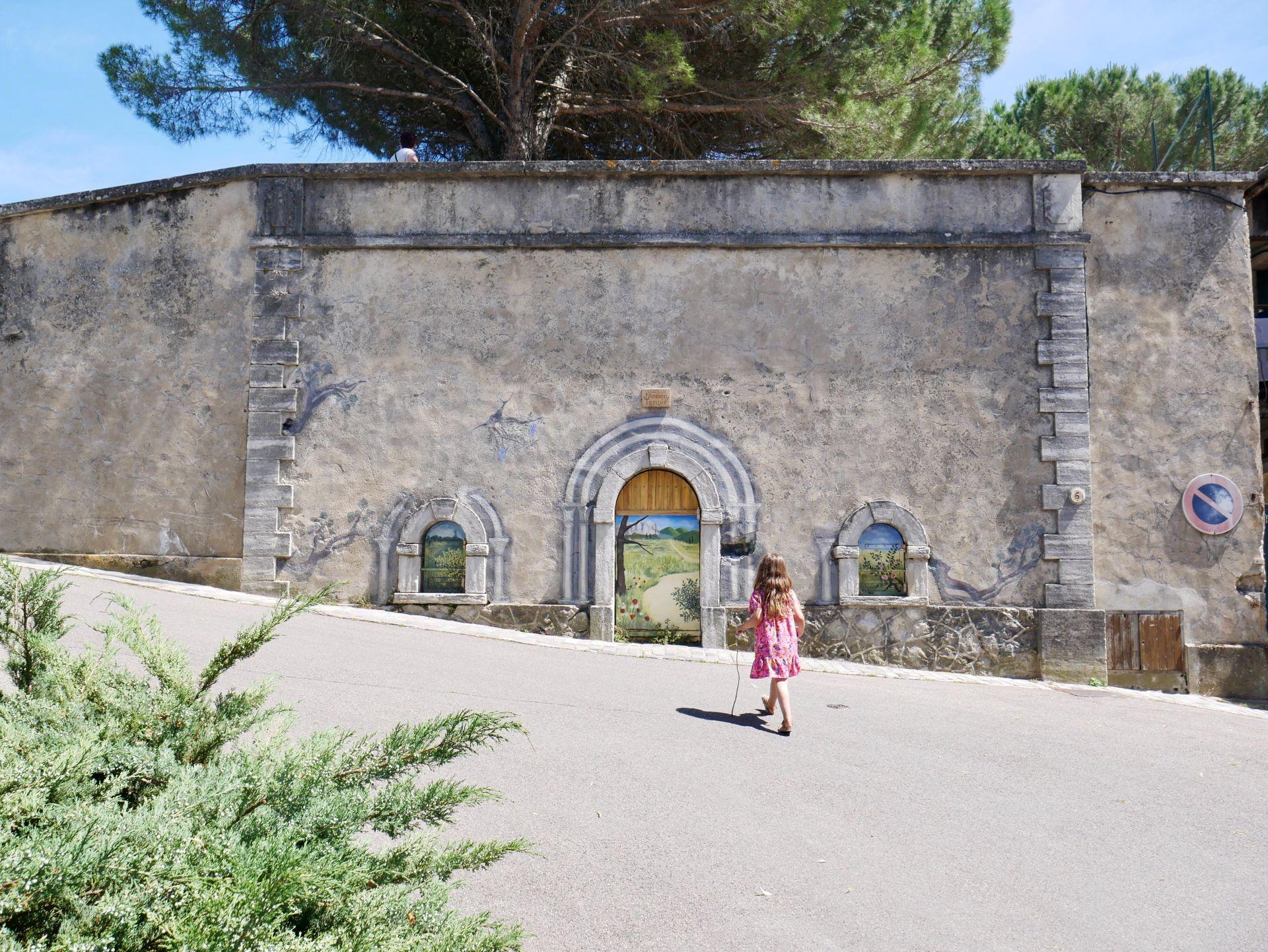 Place de l'ancien temple à Dieulefit avec son trompe l'oeil