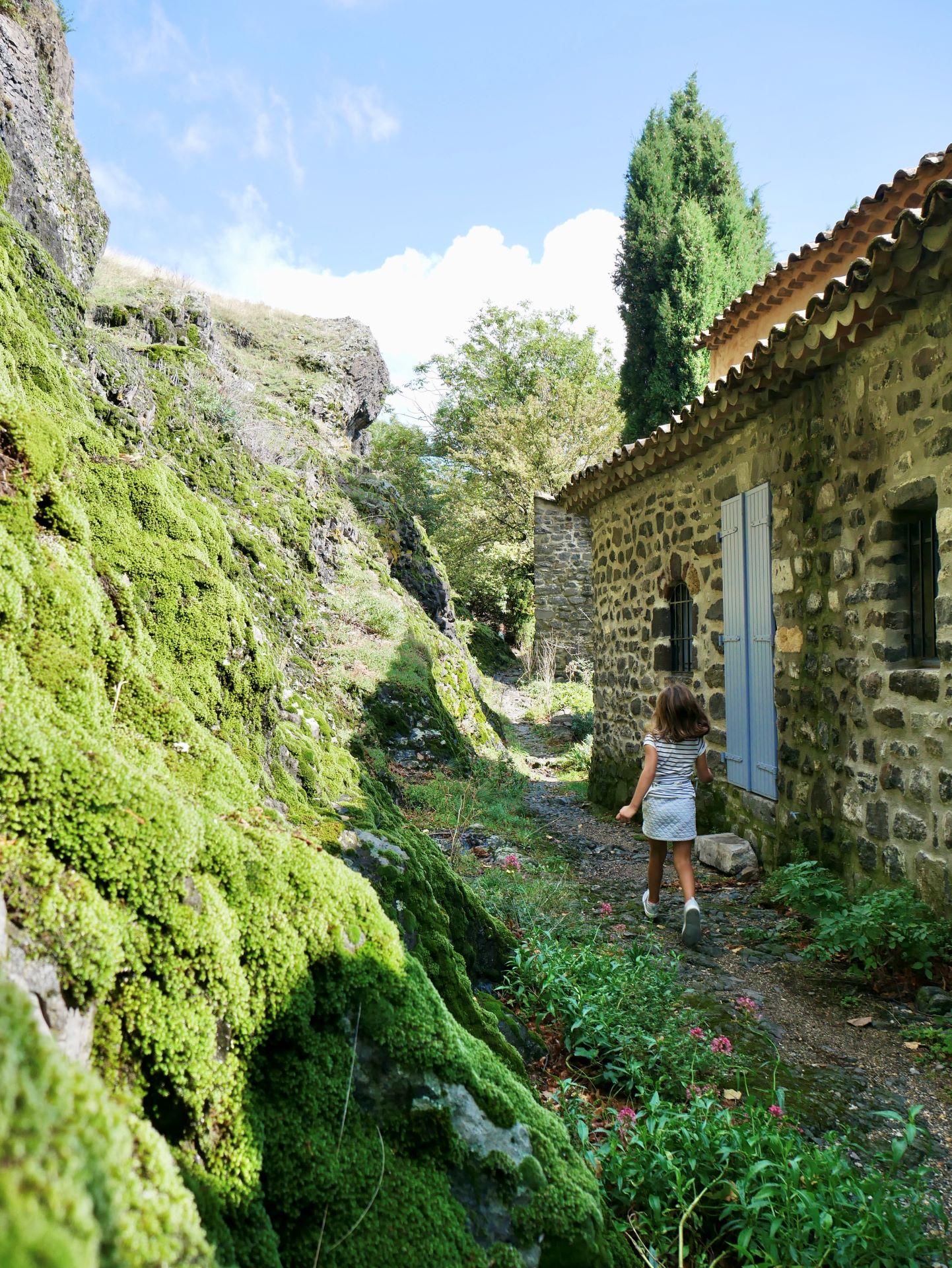 Village de Sceautres construit au pied du neck
