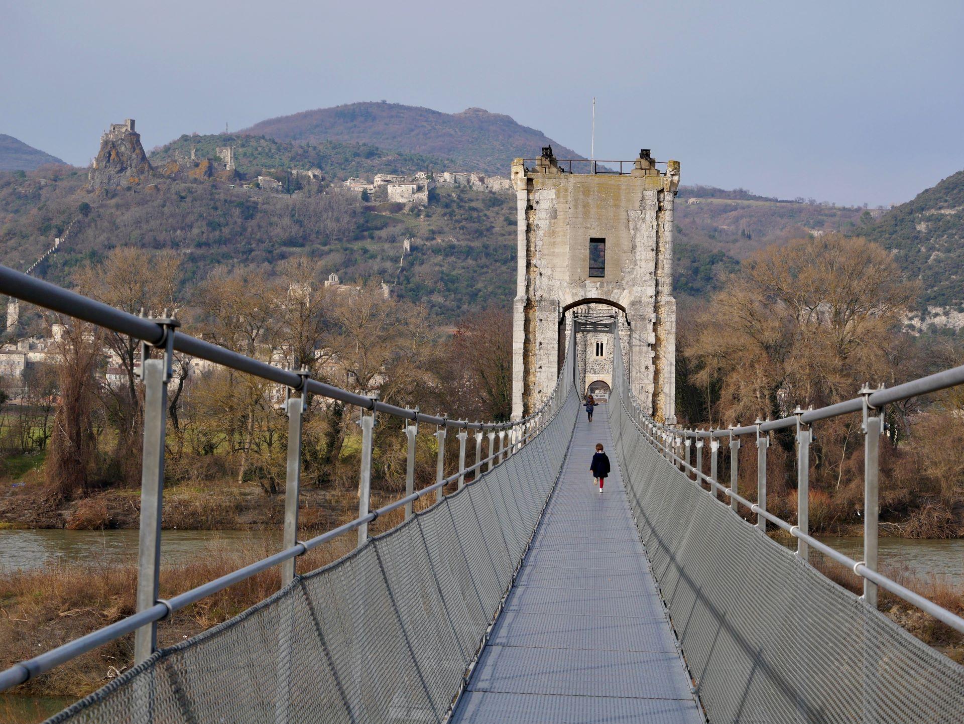 Pont suspendu au dessus du Rhône