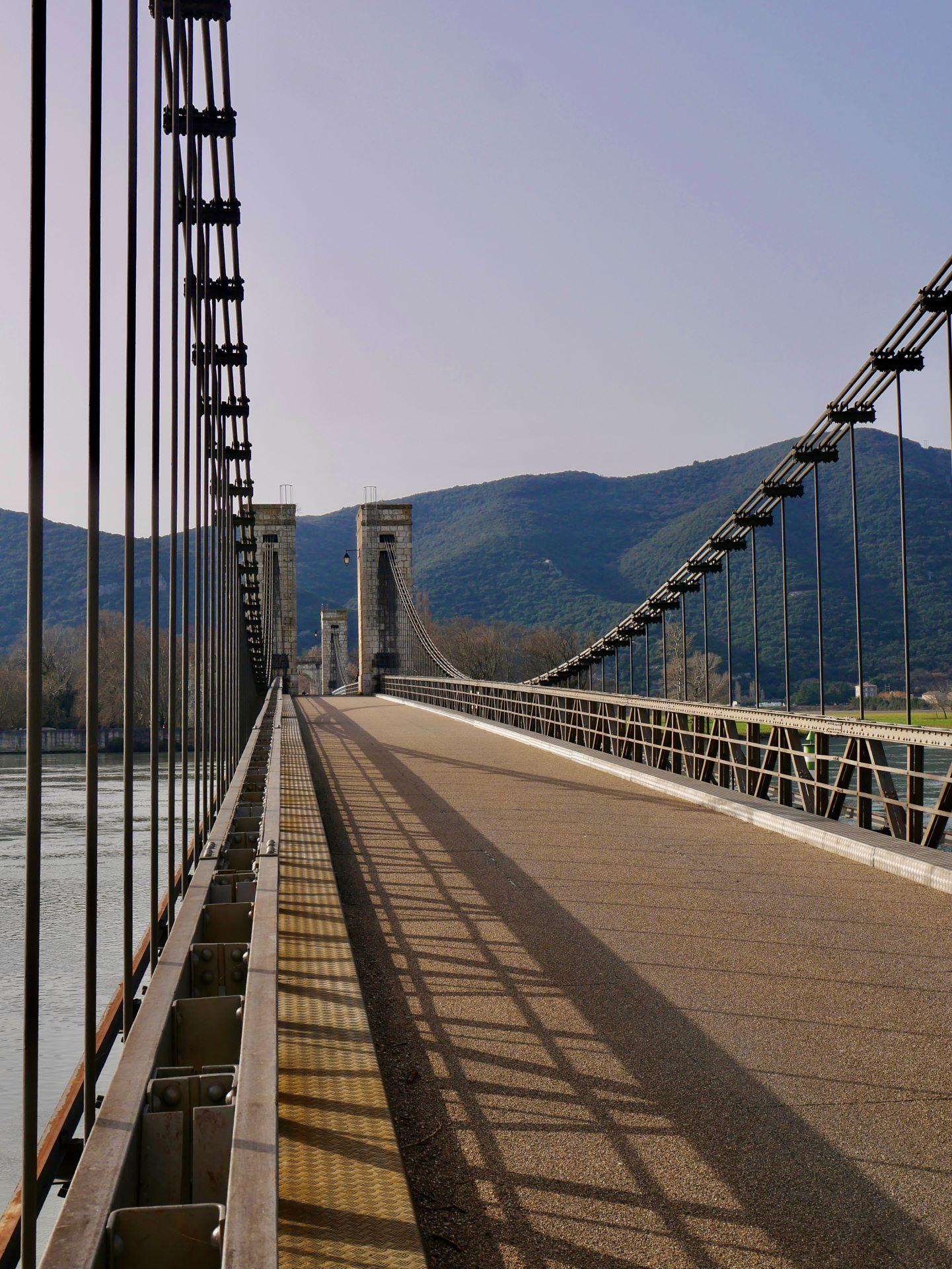 Pont suspendu sur le Rhône à Donzère