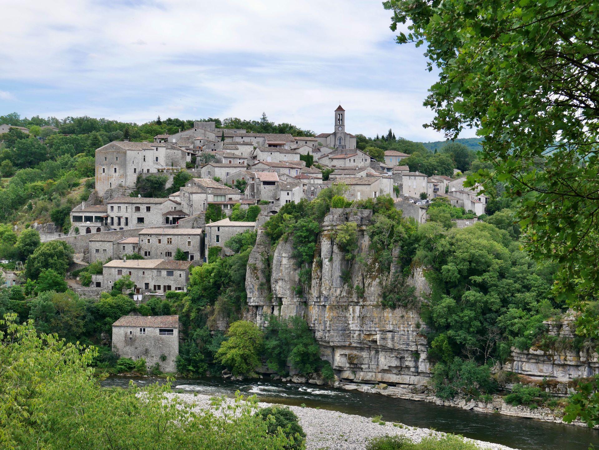 Vélo en Drôme-Ardèche : la Via Ardèche et le village de Balazuc