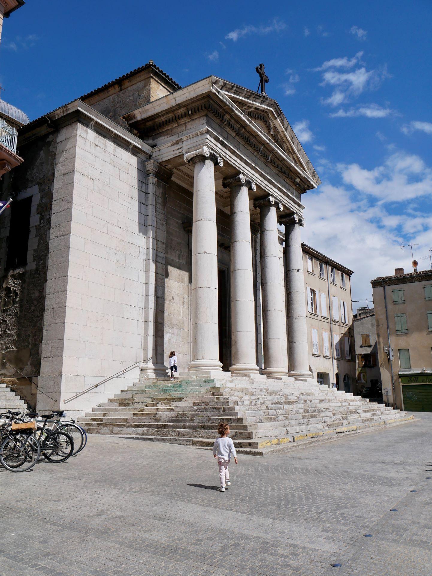 Vélo en Drôme et Ardèche : la vélodrôme et la ville de Crest