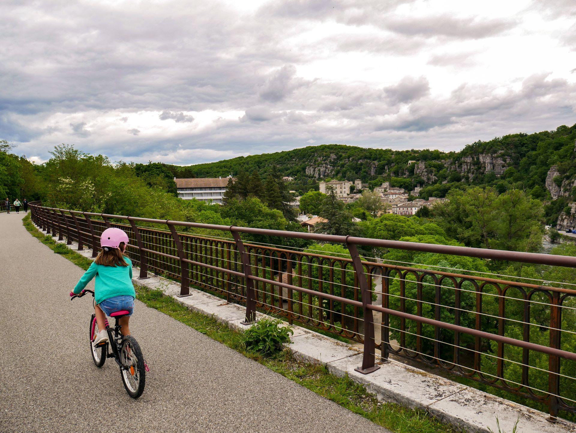 Vélo en Drôme-Ardèche : la Via Ardèche à Voguë
